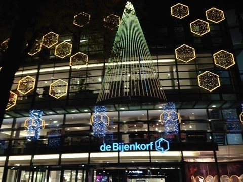 https://yoors-media-uploads-adsfairbv.netdna-ssl.com/25424/photos/kerst-verlichting-bijenkorf-maastricht1479570137.jpg